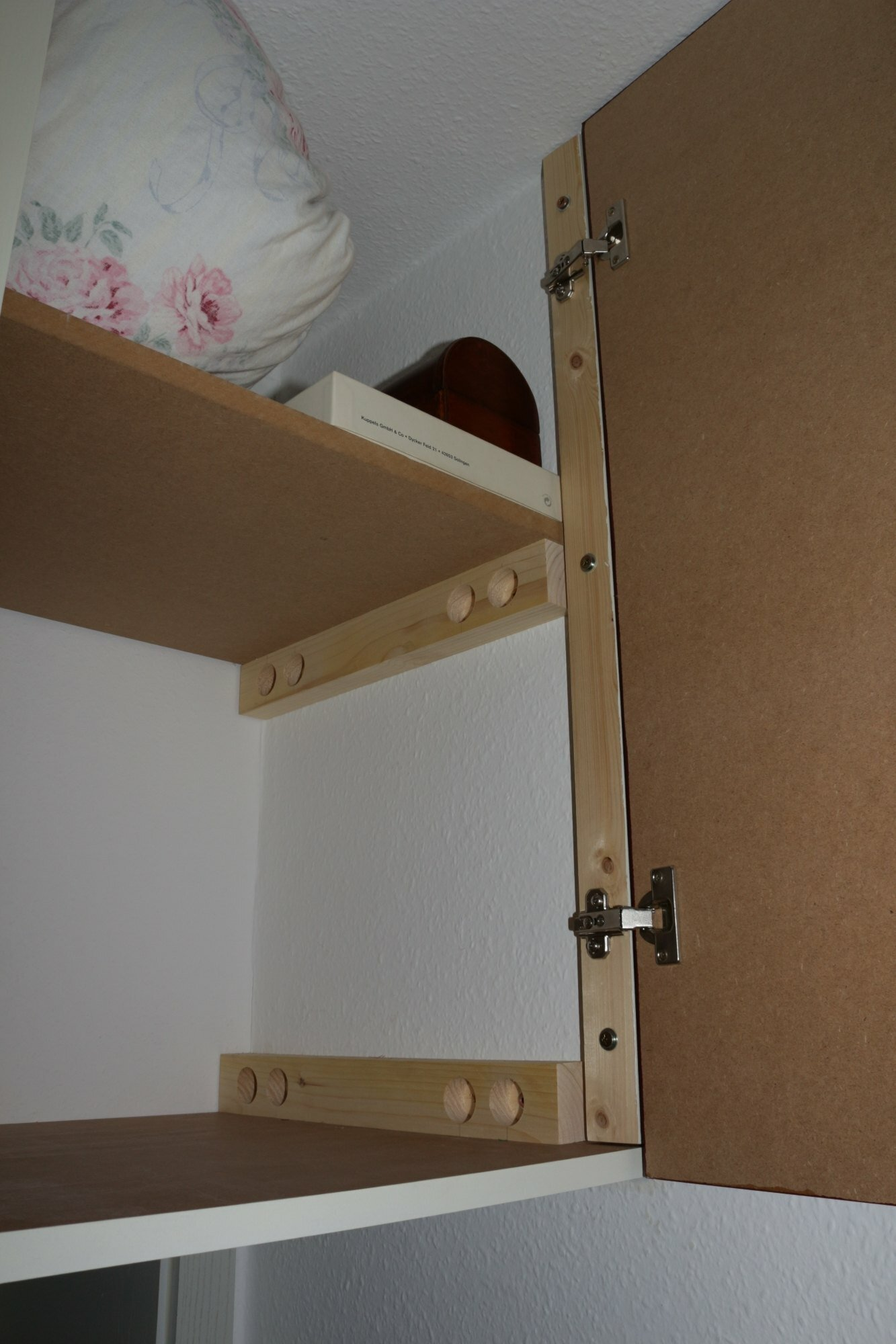 hoch hinaus oder wie baut man einen schrank mit nur 3. Black Bedroom Furniture Sets. Home Design Ideas