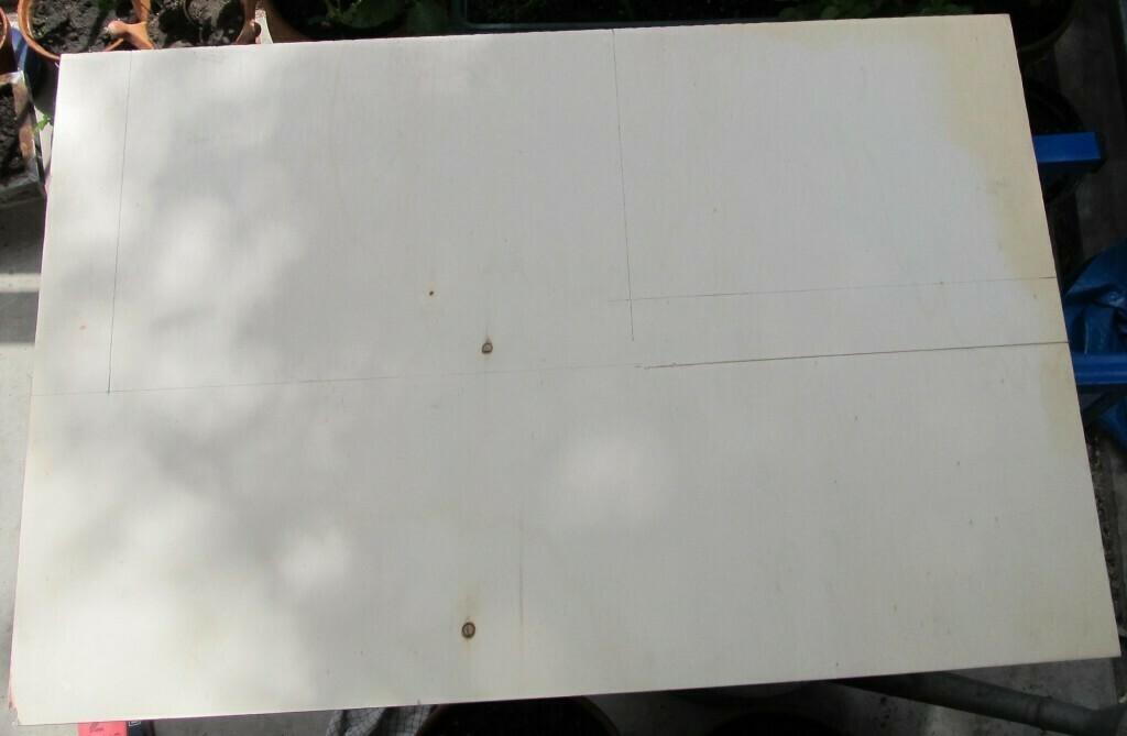 Sperrholzplatte als Rückenmaterial.